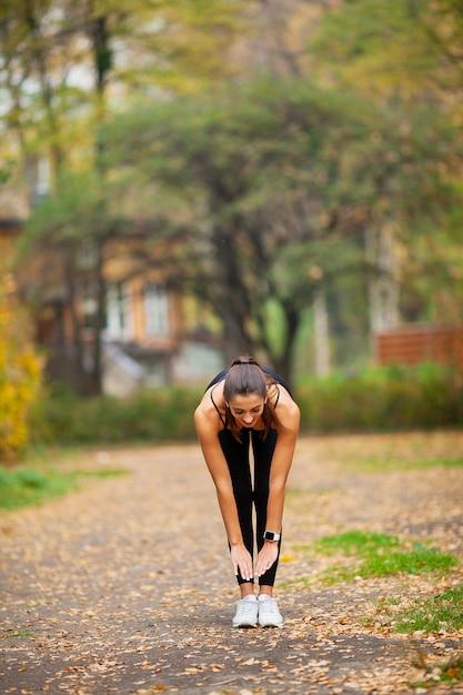 Frau, die übungen auf dem park tut Premium Fotos