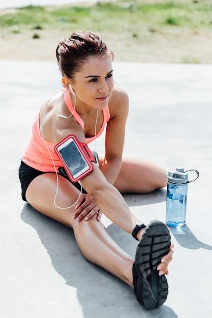 Frau, die übungen ausdehnend tut Kostenlose Fotos