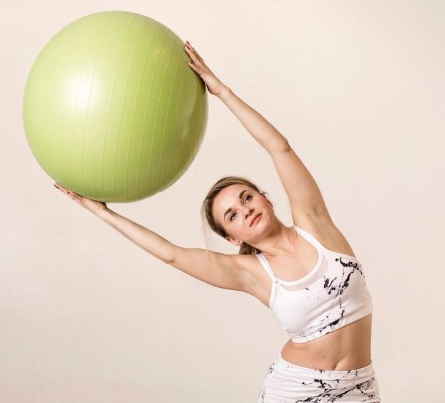Frau, die übungen mit eignungsball tut Kostenlose Fotos