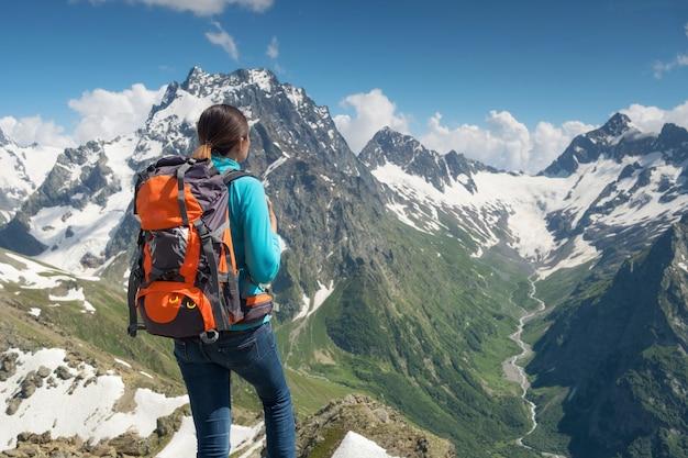 Frau, die um berge zur spreeng zeit wandert. Premium Fotos