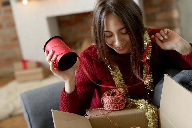 Frau, die weihnachtsdekoration zu hause vorbereitet Kostenlose Fotos