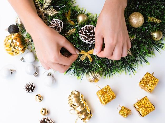 Frau, die weihnachtsdekorationen bildet Kostenlose Fotos