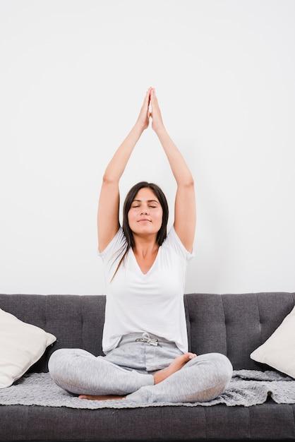 Frau, die yogaübung tut Kostenlose Fotos