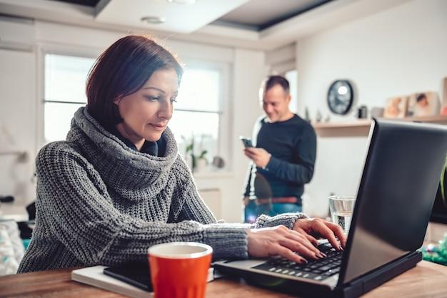 Frau, die zu hause büro des laptops verwendet Premium Fotos