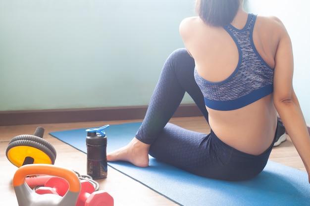 Frau, die zu hause yogatraining tut Premium Fotos