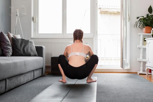 Frau drinnen sport zu hause konzept Kostenlose Fotos