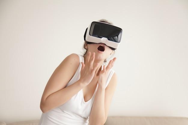 Frau erschrocken mit realistischer virtueller simulation Kostenlose Fotos