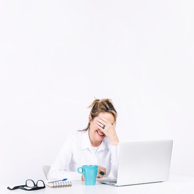 Frau facepalming am arbeitsplatz Kostenlose Fotos