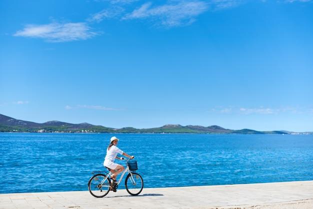 Frau fahrrad fahren Premium Fotos
