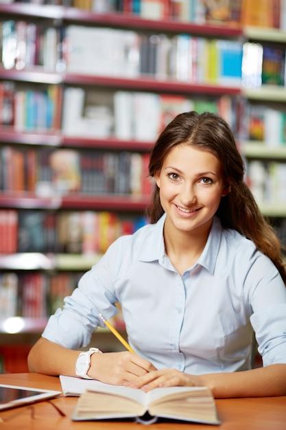 Frau finishing ihrem essay Kostenlose Fotos