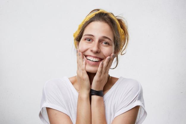 Frau freut sich über gute nachrichten Kostenlose Fotos