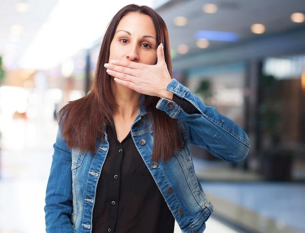 Frau für ihren mund mit einer hand Kostenlose Fotos