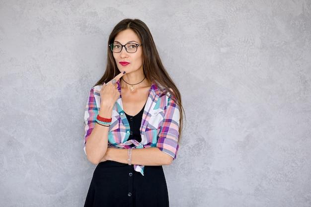 Frau fürsorglich mit brille Kostenlose Fotos