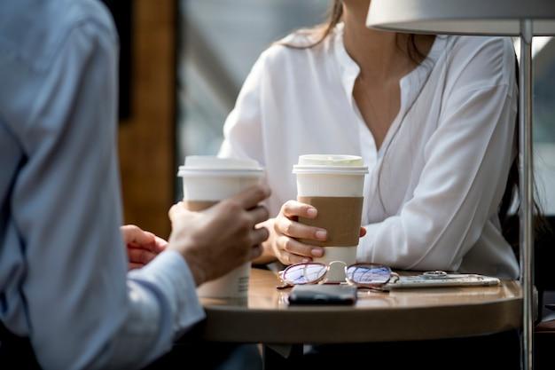 Frau genießt morgenkaffee Premium Fotos