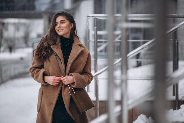 Frau glücklich im mantel im winter draußen Kostenlose Fotos