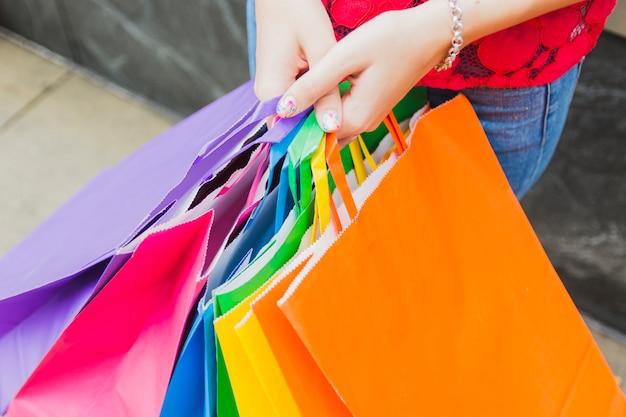 Frau hält einkaufstaschen Kostenlose Fotos