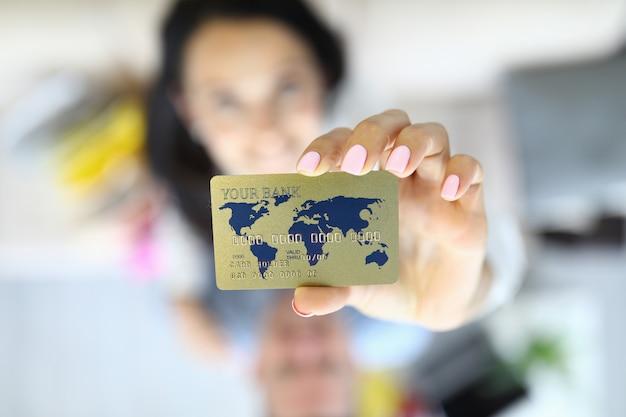 Frau hält kreditkarte in ihren händen nahaufnahme. Premium Fotos