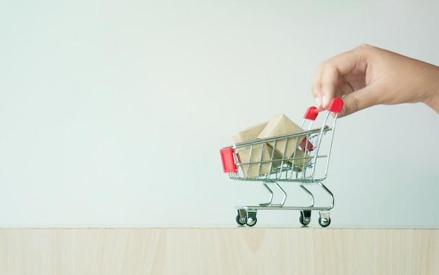 471031ccb7bd25 Frau hand zeigefinger drückt kleinen warenkorb mit internet online ...