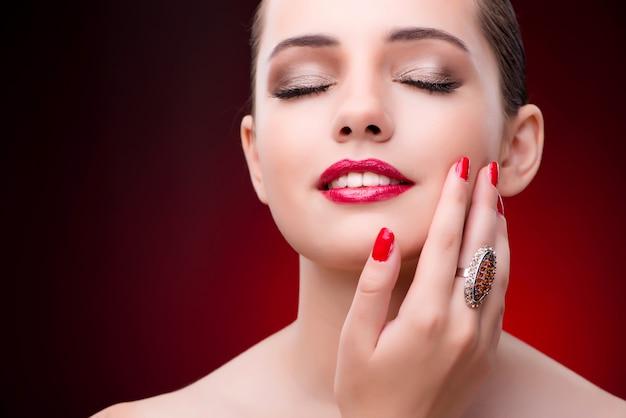 Frau im bezaubernden konzept mit schmuck Premium Fotos
