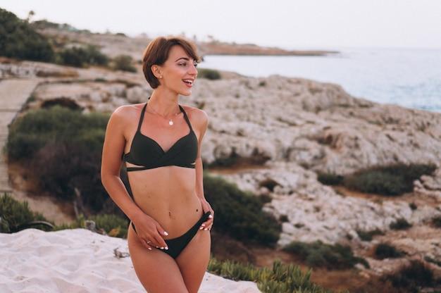 Frau im bikini am meer Kostenlose Fotos