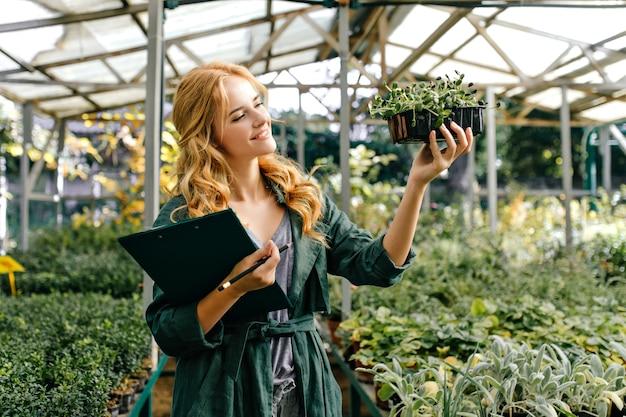 Frau im botanischen garten, mit einer großen anzahl verschiedener lebender pflanzen Kostenlose Fotos