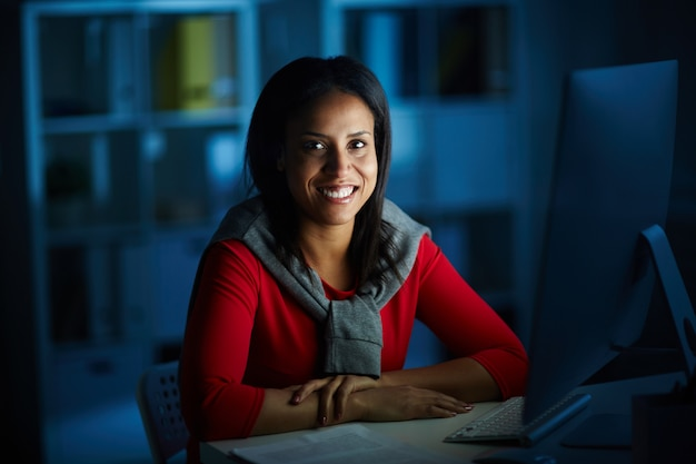 Frau im büro Kostenlose Fotos