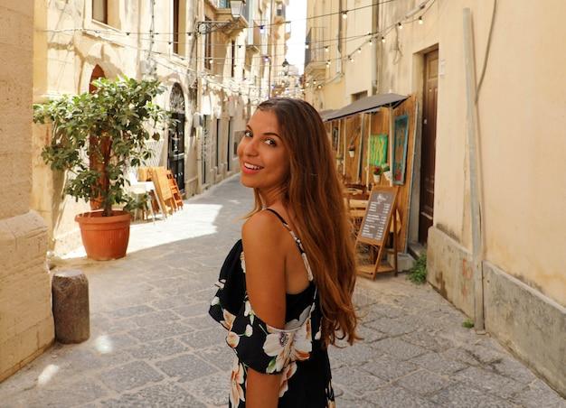 Frau Im Gebluhten Sommerkleid Das Freudig Und Frohlich In Syrakus Italien Geht Premium Foto