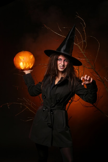 Frau im halloween-hexenkostüm Kostenlose Fotos