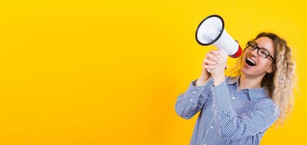 Frau im hemd mit lautsprecher Premium Fotos