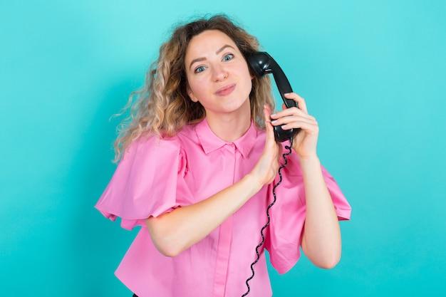 Frau im hemd mit telefon Premium Fotos