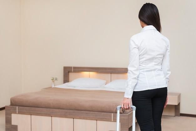 Frau im hotelzimmer Kostenlose Fotos