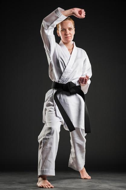 Frau im karate kimono posiert Kostenlose Fotos
