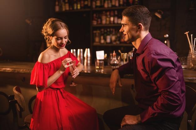 Frau flirtet mit mann
