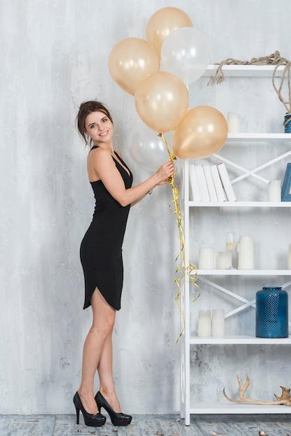 Frau im kleid mit ballons Kostenlose Fotos