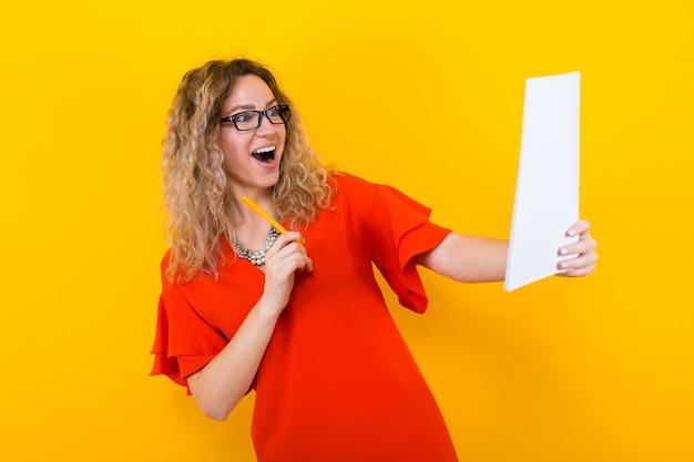Frau im kleid mit unbelegtem papier und bleistift Premium Fotos