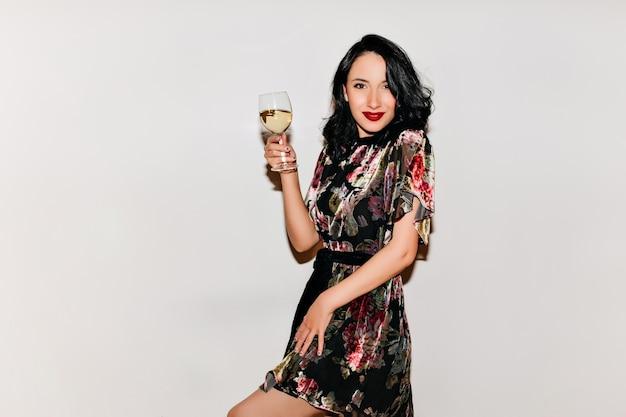 Frau im kurzen kleid, das valentinstag mit champagner feiert Kostenlose Fotos