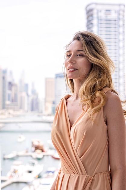 Frau im langen kleid am dubai marina Premium Fotos