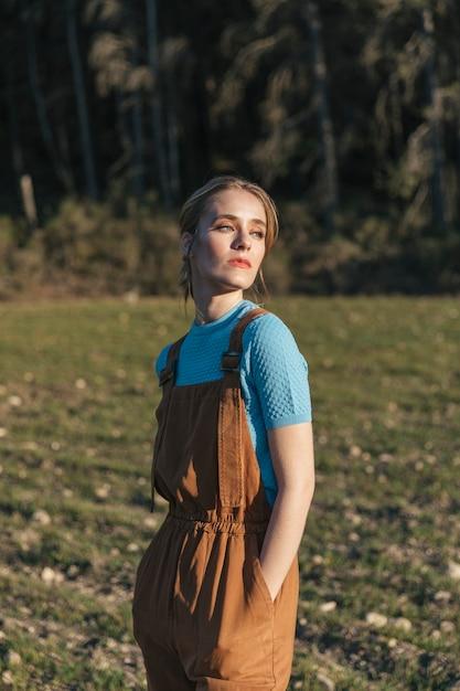 Frau im overall seitwärts schauen Kostenlose Fotos