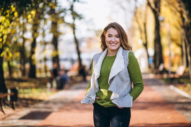 Frau im park zu fuß Kostenlose Fotos