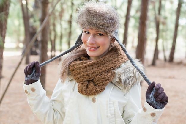 Frau im pelzhut mit woolen schal und jacke im wald Premium Fotos