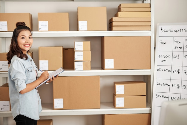 Frau im postlager Kostenlose Fotos