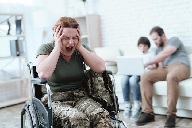 Frau im rollstuhl hat schmerzen shes in militäruniform Premium Fotos