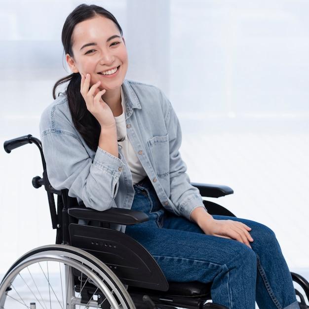 Frau im rollstuhl lächelnd Premium Fotos