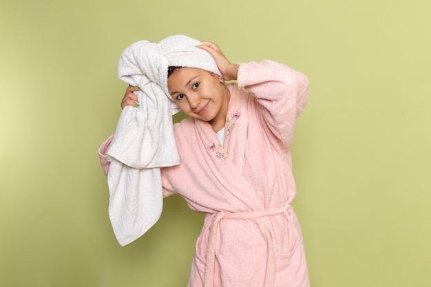 Frau im rosa bademantel lächelnd Kostenlose Fotos