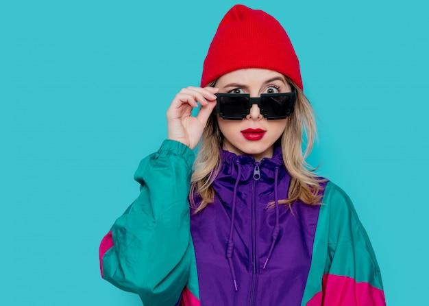 Frau im roten hut, sonnenbrille und anzug der 90er jahre Premium Fotos