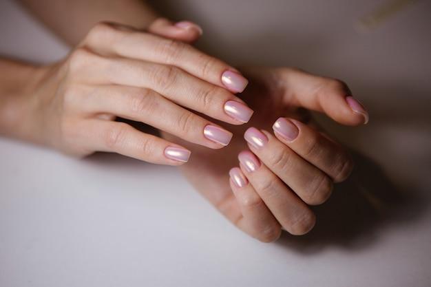Frau im salon, der maniküre durch nagelkosmetiker empfängt Premium Fotos