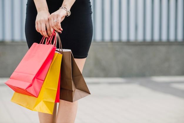 Frau im schwarzen kleid mit taschen Kostenlose Fotos