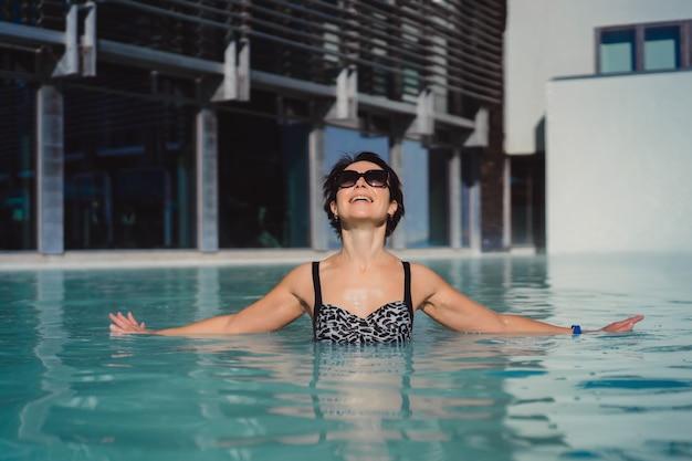 Frau Im Schwimmbad Gefickt