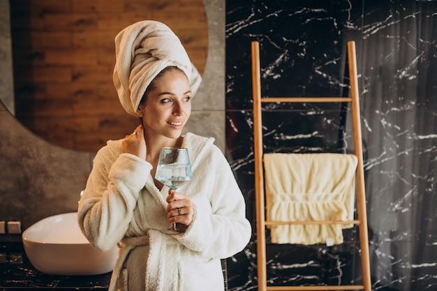 Frau im spa wird ein bad nehmen Kostenlose Fotos