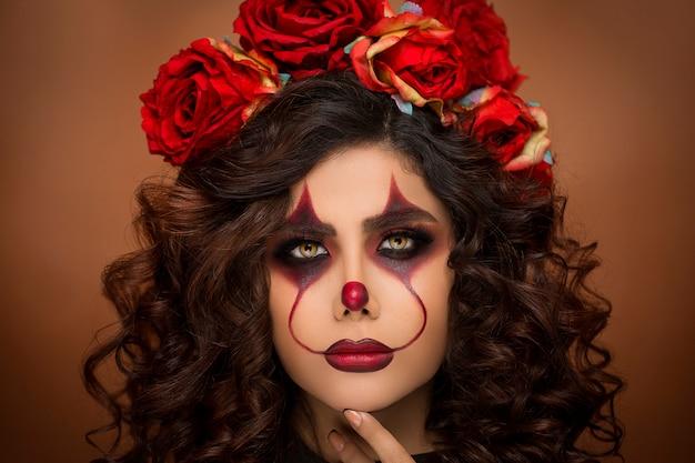 Frau im teufels-halloween-make-up mit blumenperlen Kostenlose Fotos